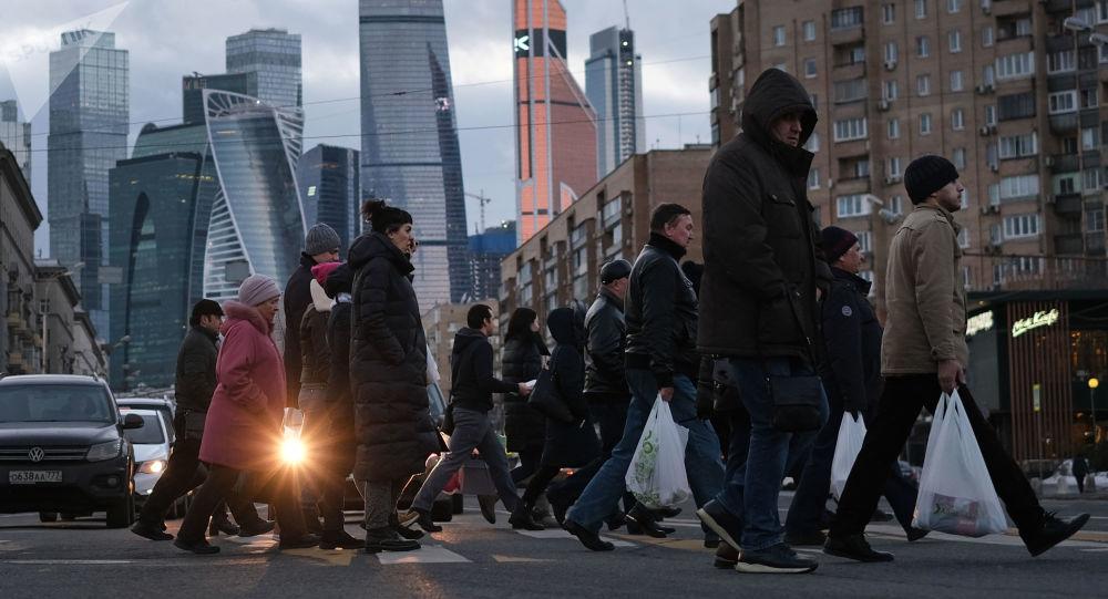 مارة يعبرون شارع بولشايا دوروغوميلوفسكايا في موسكو