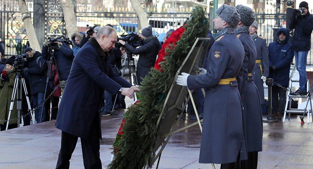 في عيد حماة الوطن...بوتين يضع إكليلا من الزهور على قبر الجندي المجهول