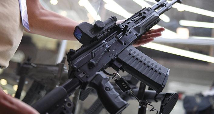 """تسليح طياري مقاتلات """"سوخوي""""… اختيار السلاح المناسب بين رشاشات كلاشنيكوف"""