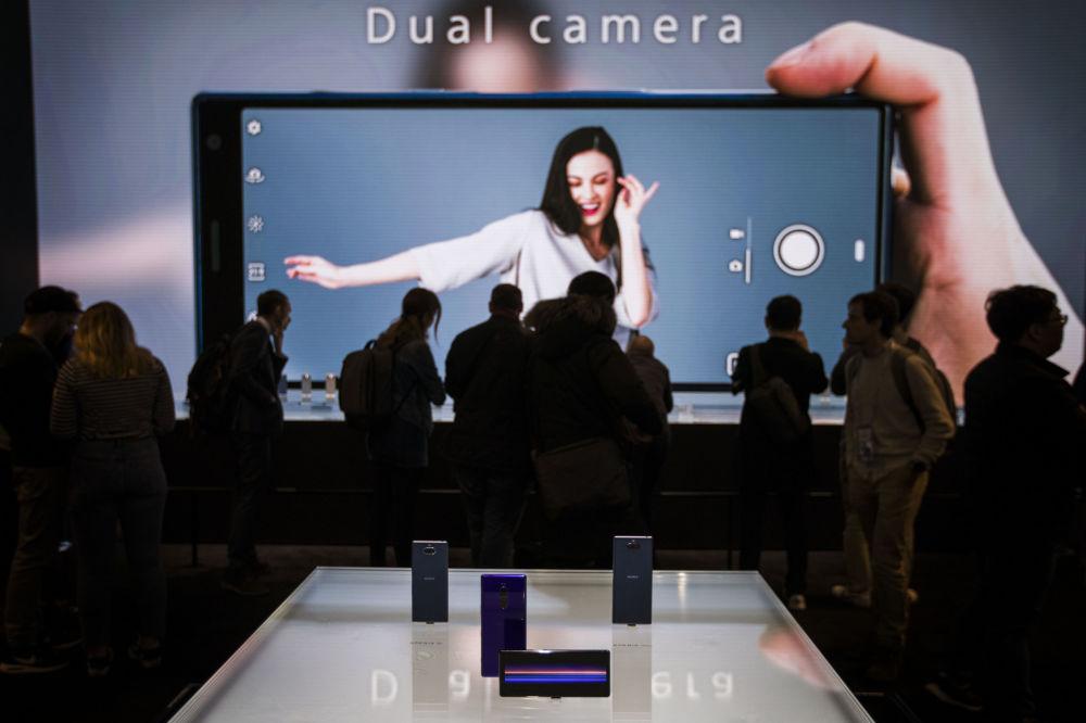 عرض موبايل سوني إكسبريا10 (Sony Xperia 10) الجديد في معرض المؤتمر العالمي للموبايل 2019 في برشلونة، إسبانيا 25 فبراير/ شباط 2019