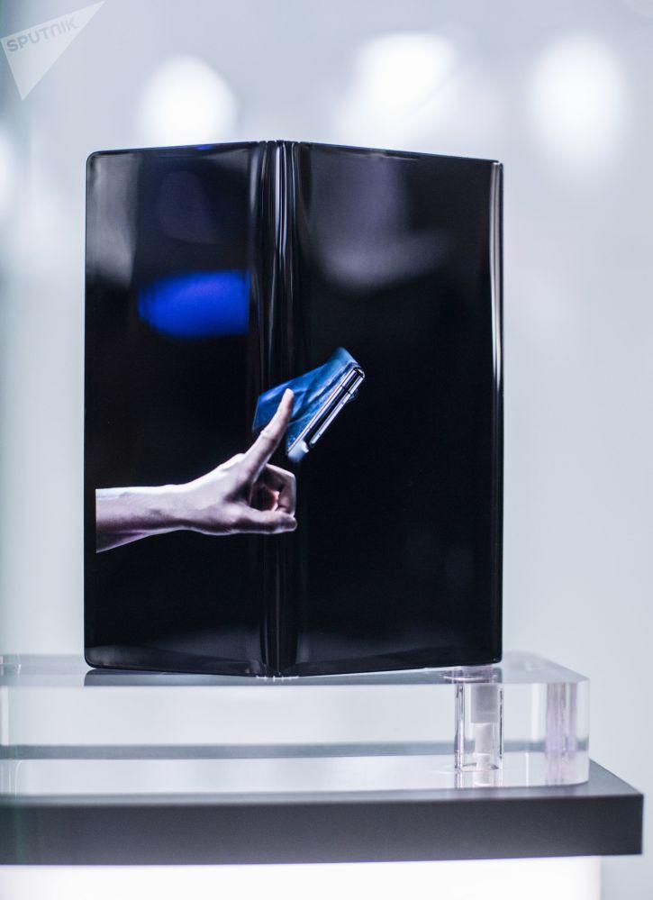 موبايل هواوي ميت إكي قابل للطي من شركة هواوي (Huawei Mate X) في المؤتمر العالمي للموبايل 2019 في برشلونة، إسبانيا 25 فبراير/ شباط 2019
