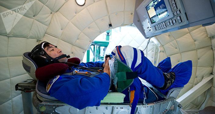 رائد فضاء أثناء التدريب في جهاز الطرد المركزي