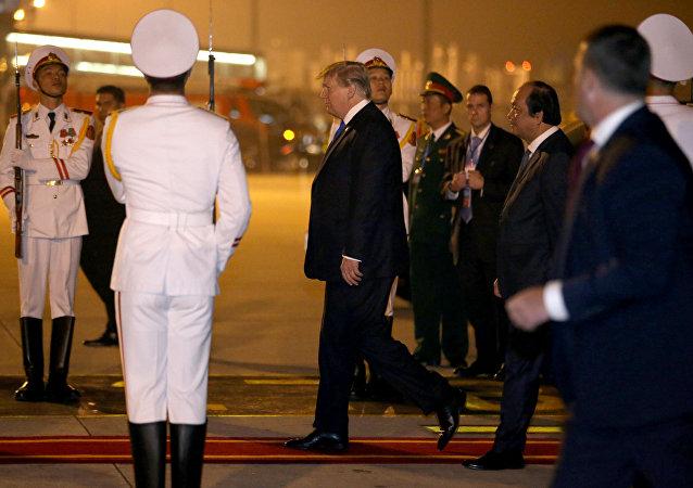 الرئيس الأمريكي دونالد ترامب يصل هانوي في فيتنام استعدادا لعقد قمته الثانية مع زعيم كوريا الشمالية كيم جونغ أون، 26 فبراير/شباط 2019