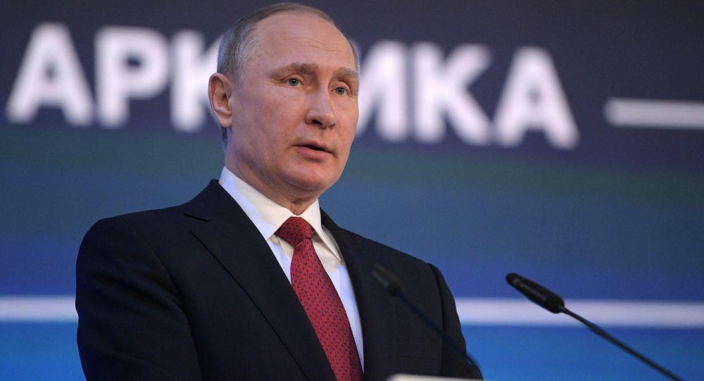 ِالرئيس الروسي فلاديمير بوتين يخطب في المشاركين في ندوة حول الأركتيكا
