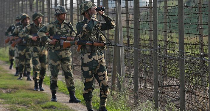جنود دورية أمن الحدود الهندية على طول الحدود مع باكستان في قطاع رانبير سينغ بورا بالقرب من جامو 26 فبراير/ شباط 2019