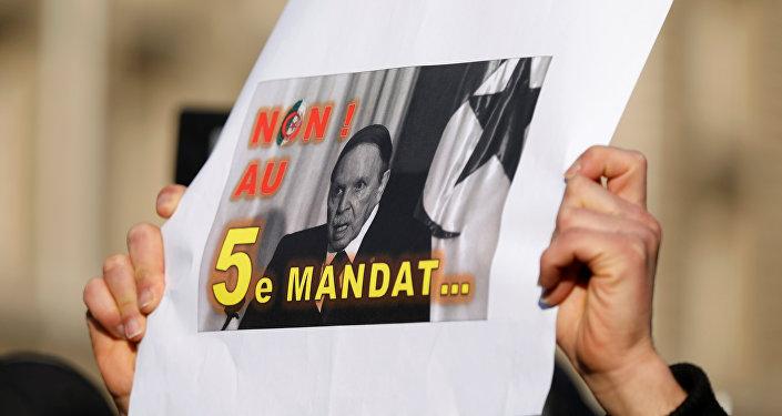 أحد المتظاهرين يحمل لافتة خلال احتجاج ضد الرئيس عبد العزيز بوتفليقة الذي يسعى لولاية خامسة في الانتخابات الرئاسية