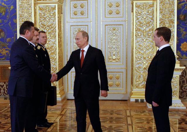 بوتين يتسلم الحقيبة النووية
