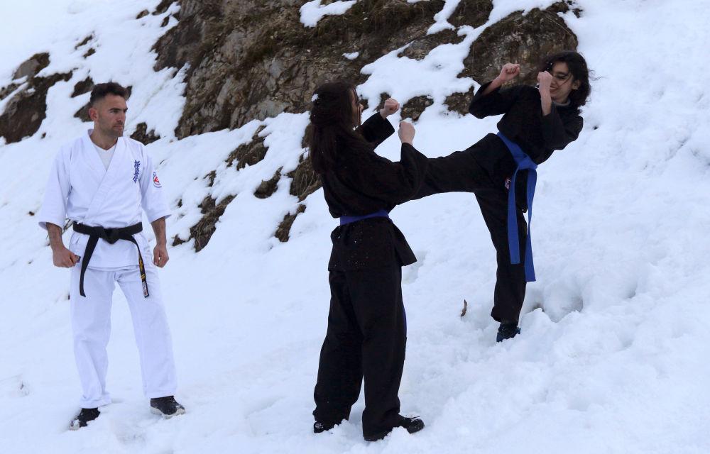 أعضاء نادي الكاراتيه كيوكوشن كاراتيه (Kikoshin Karate) خلال التدريبات في جبال السليمانية، العراق 22 فبراير/ شباط 2019