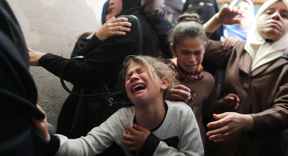 أقارب الشاب الفلسطيني يوسف الصياح (15 عاما) يبكون خلال جنازته في مدينة غزة
