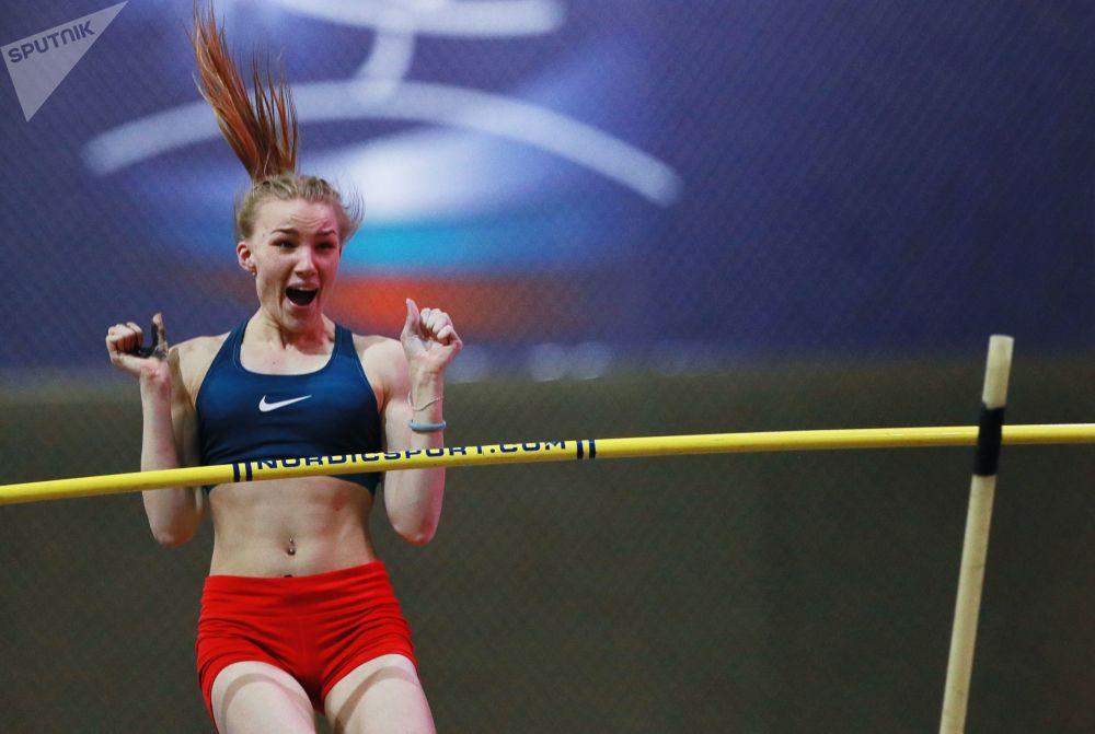 الروسية إرينا إفانوفا أثناء القفز بالزانة في إطار بطولة ألعاب القوى للسيدات روسكايا زيما - 2019 في موسكو