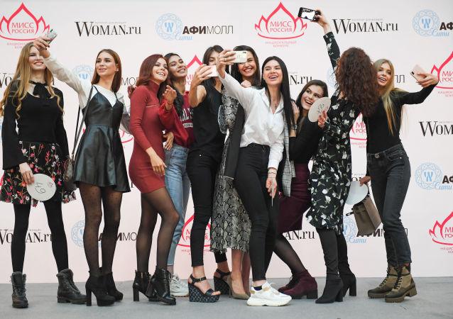 الفتيات أثناء جلسة قبول للمشاركة في مسابقة ملكة جمال روسيا لعام 2019 في مركز التسوق أفيمول سيتي في موسكو