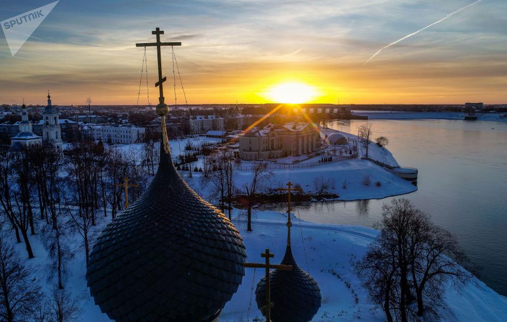 قباب كاتدرائية التجلي في مدينة أوغليتش الروسية. وفي خلفية الصورة محطة أوغليتش الكهرومائية