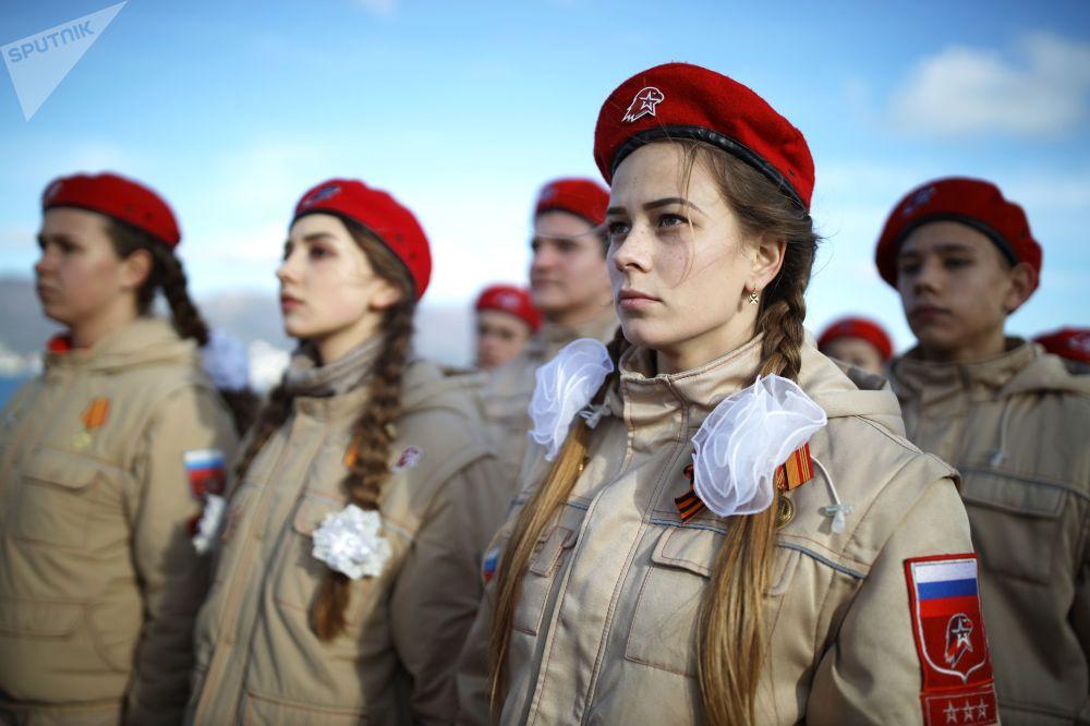 الجيش اليافع (يون أرميا) الروسي أثناء فعالية بيليه تشاكي (النوارس البيضاء) أمام نصب تذكاري مالايا زيمليا (الأرض الصغرى) في نوفوروسيسك الروسية