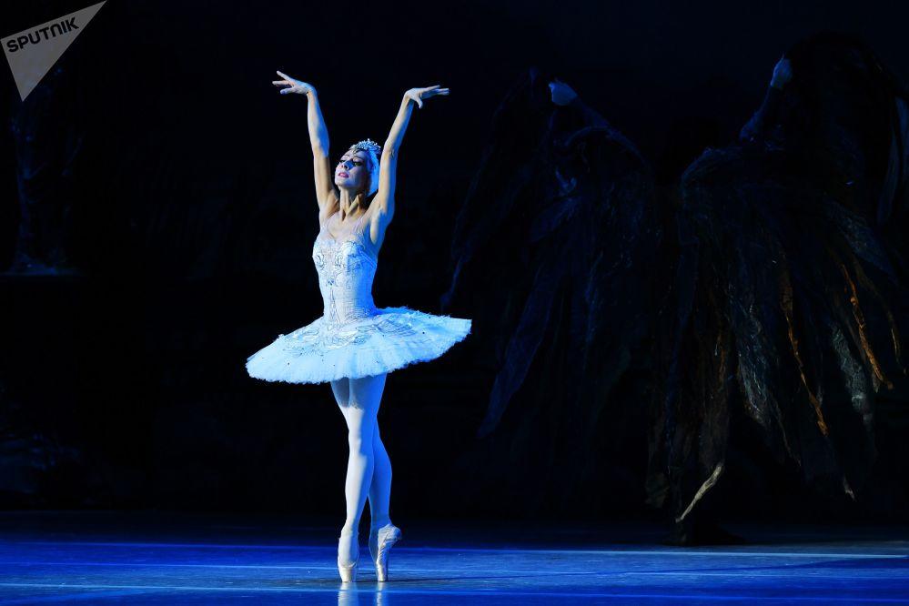 راقصة باليه، نتاليا أوغنيفا، في دور أوديت من مسرحية الباليه ليبيدينويه أوزيرو (بحيرة البجع) في قصر الكرملين