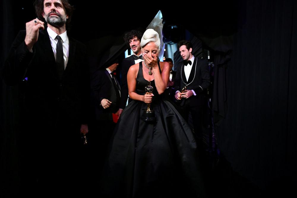 رد فعل المغنية والممثلة الأمريكية ليدي غاغا بعد فوزها بجائزة أوسكار في فئة أفضل أغنية أصلية في هوليوود، لوس أنجلوس، كليفورنيا، الولايات المتحدة 24 فبراير/ شباط 2019