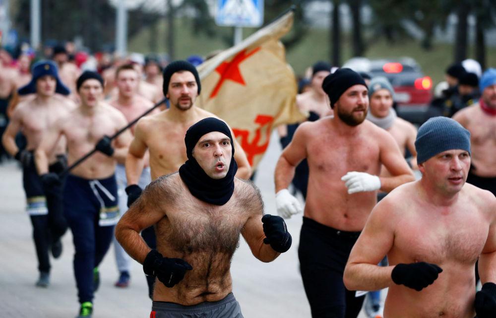 مشاركون في سباق ركض بمناسبة حماة الوطن في مينسك، بيلاروسيا 23 فبراير/ شباط 2019