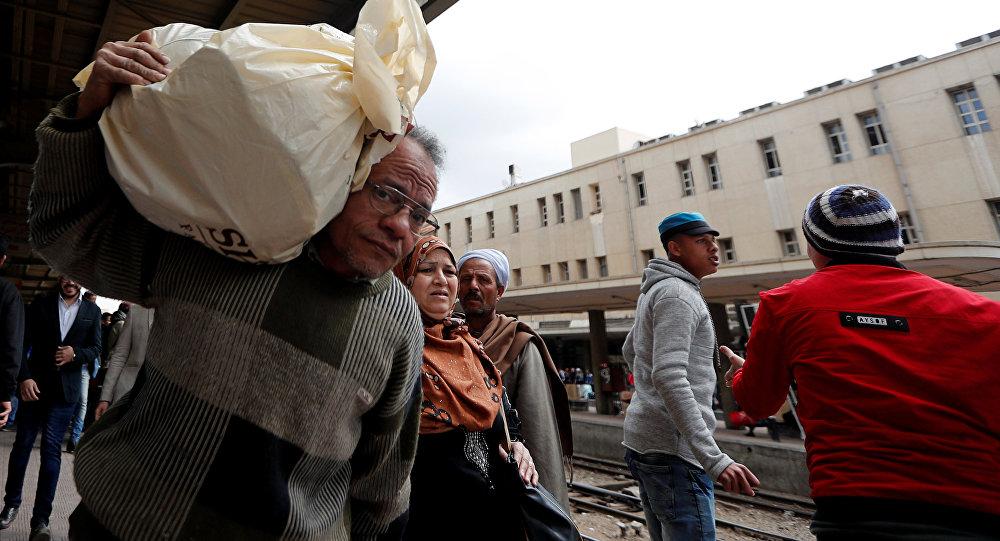 الناس يسيرون في محطة القطار الرئيسية بعد حريق تسبب في الوفيات والإصابات في القاهرة