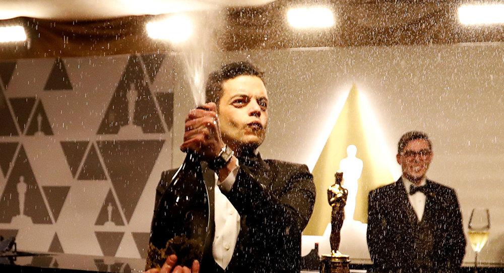 بطل فيلم بوهيميان رابسودي رامي مالك يحتفل بفوزه بجائزة أوسكار بفتحه زجاجة شمبانيا