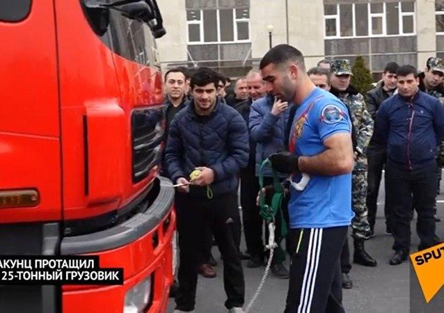 بالفيديو..شاب يجر شاحنة  إطفاء تزن 25 طن بأسنانه