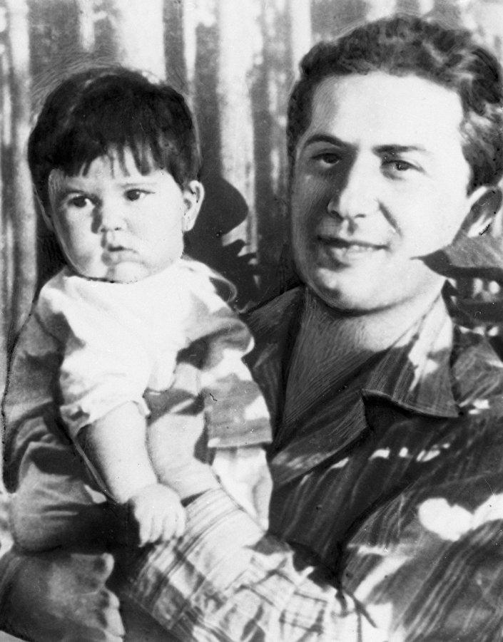 ياكوف دجوغاشفيلي، ابن ستالين، مع ابنته غالينا