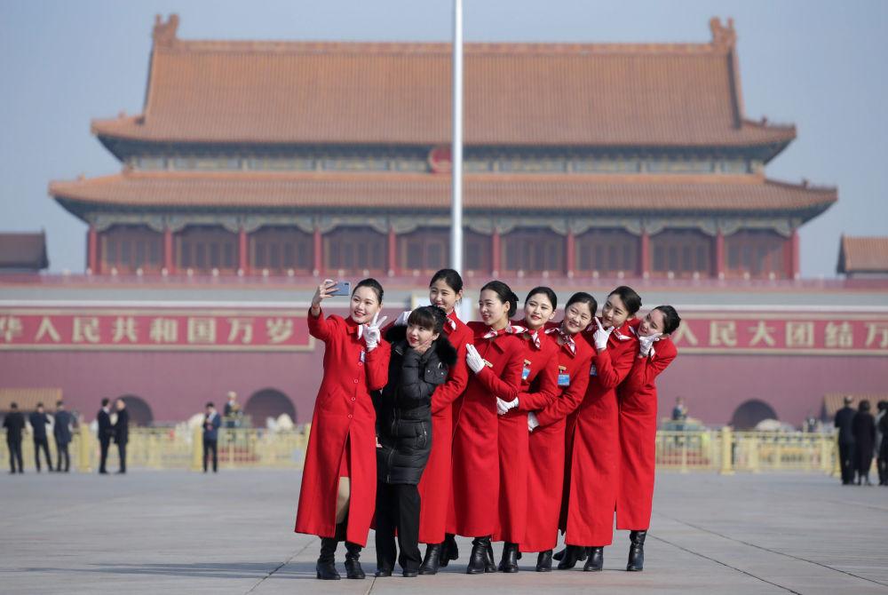 المضيفات يتحضرن قبل يوم واحد من انطلاق الجلسة الافتتاحية للمجلس الوطني لنواب الشعب الصيني في قاعة الشعب الكبرى في بكين، 4 مارس/ آذار 2019.