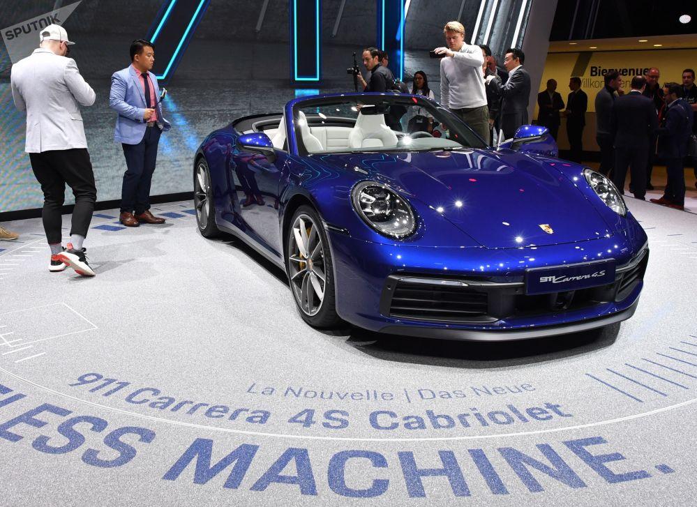 معرض جنيف الدولي للسيارات لعام 2019 - جناح Porsche وعرض سيارة Porsche 911 Carrera 4S Cabriolet
