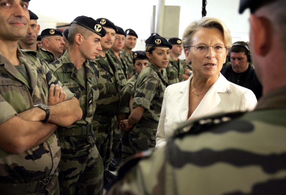 وزيرة الدفاع الفنلندية ميشيل أليوت ماري تتحدث إلى العسكريين في مطار شارل دي غول، 12 سبتمبر/ أيلول 2006