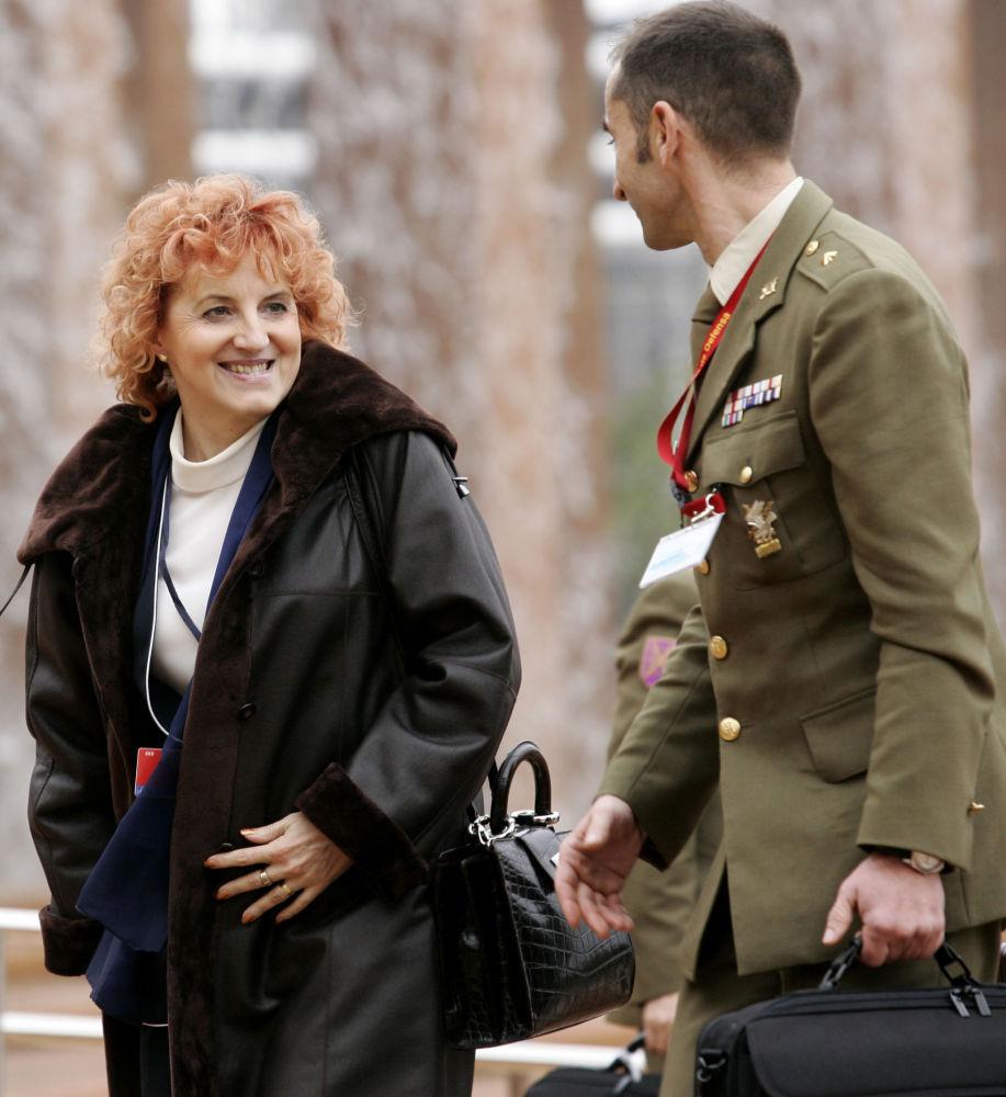وزيرة الدفاع التشيكية فلاستا باركانوفا خلال لقائها مع وزير الدفاع حلف النتاو في إشبيلية، 8 فبراير/ شباط 2007
