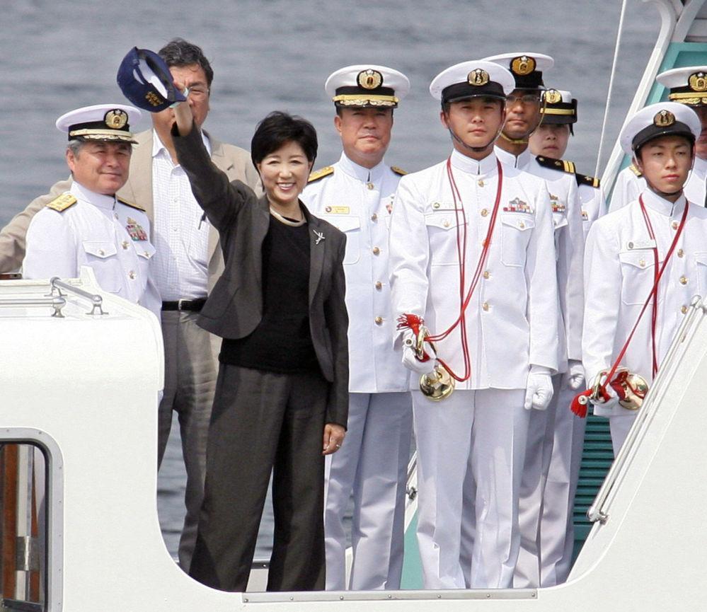 أول وزيرة الدفاع اليابانية يوريكو كويكي (يسار) تتفاعل لدة تفقدها القاعدة البحرية اليابانية في يوكوسوكا، طوكيو، 9 يوليو/ حزيران 2007