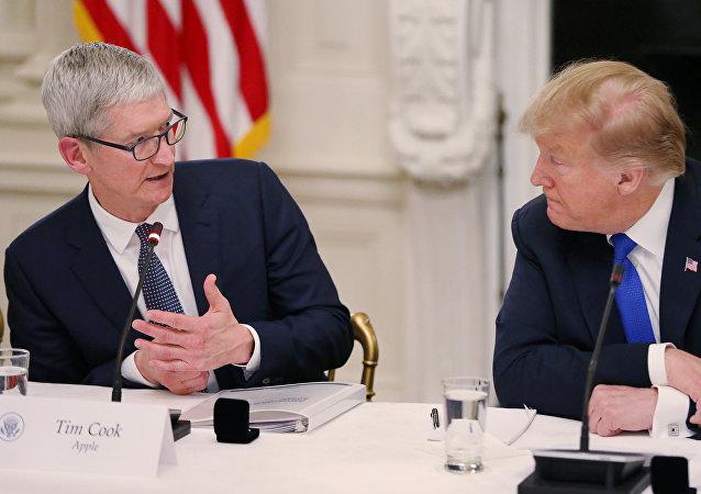 دونالد ترامب في اجتماعه مع تيم كوك