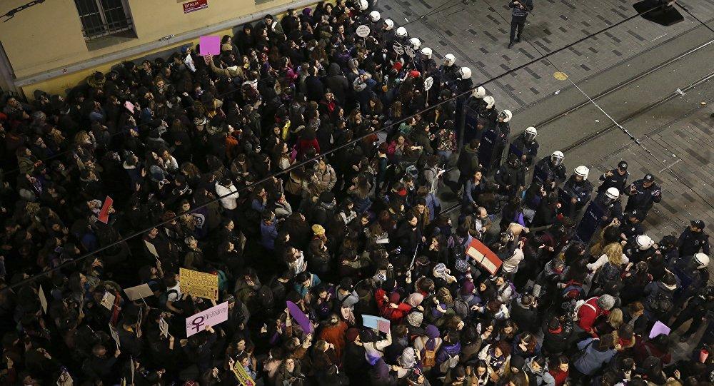 الشرطة التركية تعترض مسيرة نسائية