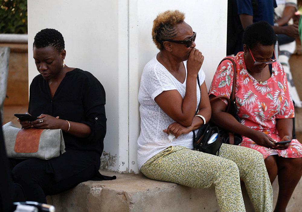 امرأة تنتظر معلومات الطيران المحدثة لشركة الطيران الأثيوبية الرحلة رقم  ET 302 حيث كان خطيبها على متنها في مطار جومو كينياتا الدولي في نيروبي