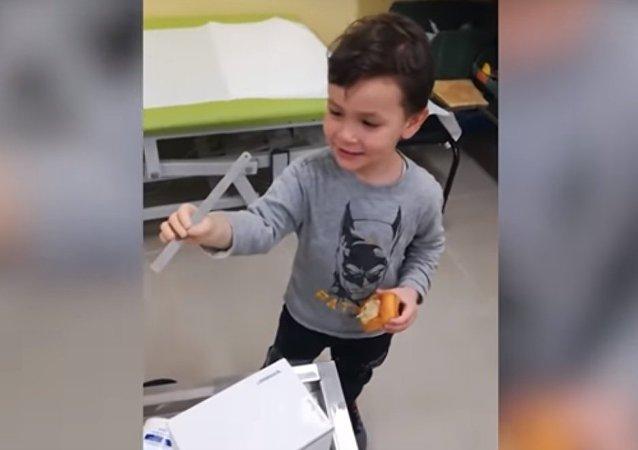 طفل يجرب ذراعه الصناعية للمرة الأولى