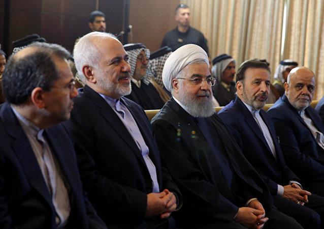 الرئيس الإيراني حسن روحاني مع وزير الخارجية محمد جواد ظريف خلال زيارتهما إلى العراق
