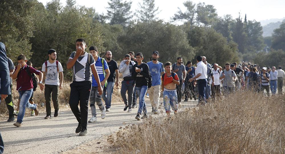 طلاب فلسطينيون يهربون من الغاز المسيل للدموع في الضفة الغربية