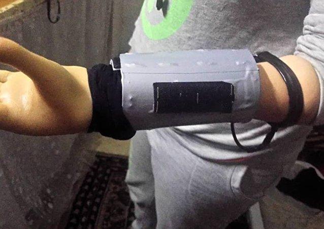 شاب سوري يخترع (كف) إلكتروني زهيد الكلفة