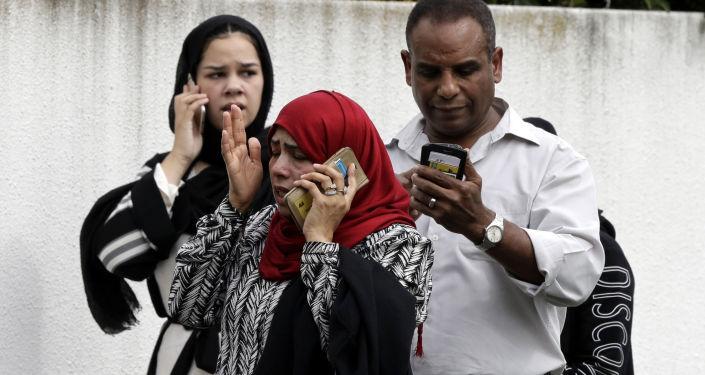 المواطنون بالقرب من مسجد النور بعد الهجوم الإرهابي في نيوزيلاندا