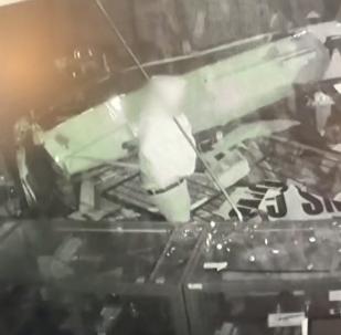 سائق حافلة كاد أن يقتل شريكه مرتين أثناء سرقة متجر أسلحة