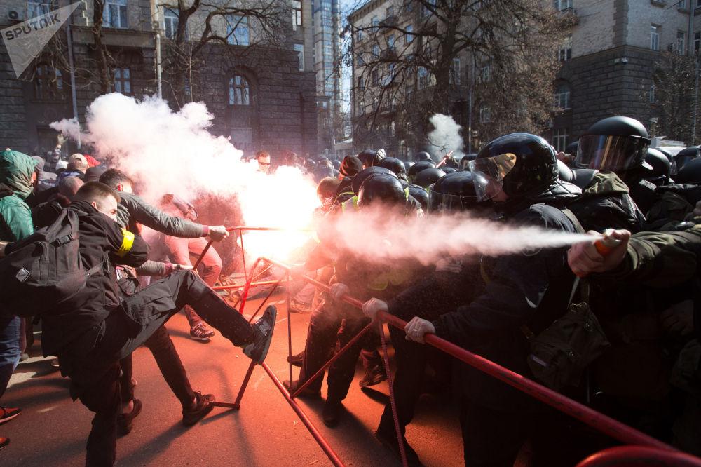اشتباكات بين القوميين وضباط الشرطة بالقرب من مبنى الإدارة الرئاسية الأوكرانية وسط كييف، اعترضا على السرقة في الصناعة الدفاعية في أوكرانيا