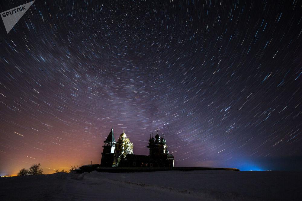 السماء المرصعة بالنجوم فوق محمية متحف كيجي التاريخي والتاريخي والإثنوغرافي في جمهورية كاريليا الروسية