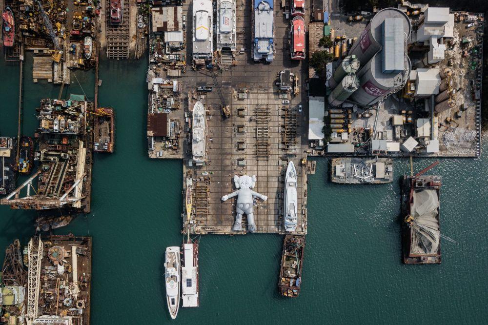 منحوتة KAWS:HOLIDAY:  للفنان والمصمم الأمريكي برايان دونيلي في حوض بناء السفن في هونغ كونغ، 11 مارس/ آذار 2019
