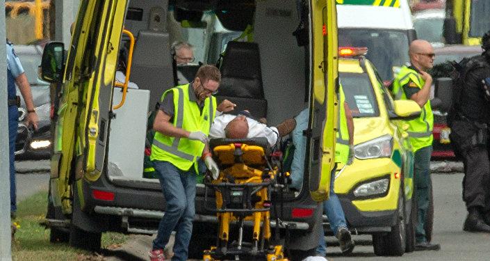 شخص مصاب يتم نقله على سيارة إسعاف بعد إطلاق النار على مسجد النور في كرايست شيرش في نيوزيلندا، 15 مارس/آذار 2019