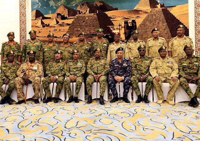 الرئيس السوداني عمر البشير أثناء أداء اليمين الدستورية لمسؤولين جدد بعد أن قام بحل الحكومة المركزية وحكومات الولايات في الخرطوم