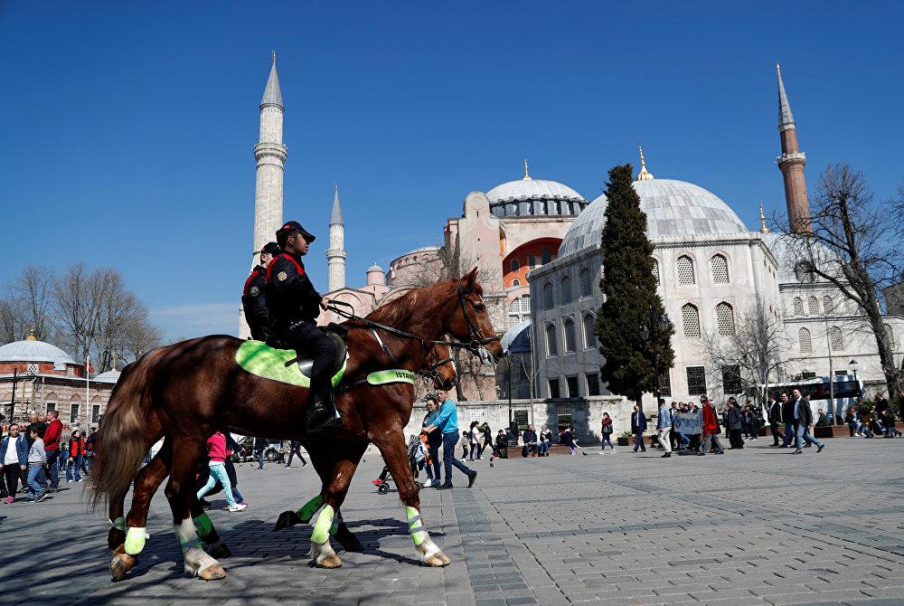 دورية للشرطة التركية أمام آيا صوفيا أثناء احتجاج على هجوم مسجد كرايستشيرش في نيوزيلندا