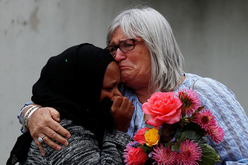 سيدة تحتضن أخرى قرب مسجد النور في كرايستشيرش