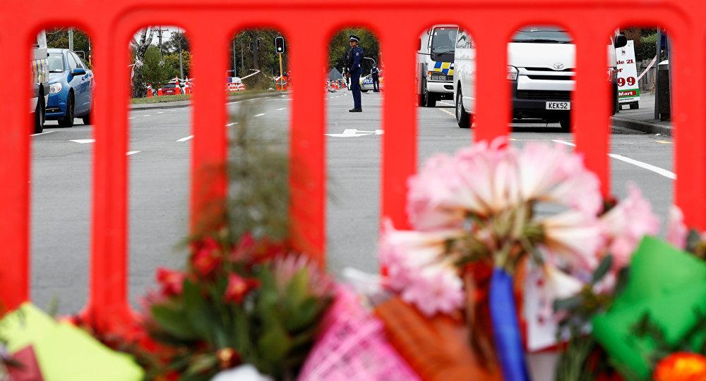 زهور بالقرب من المسجد الذي شهد الحادث الإرهابي في نيوزيلندا