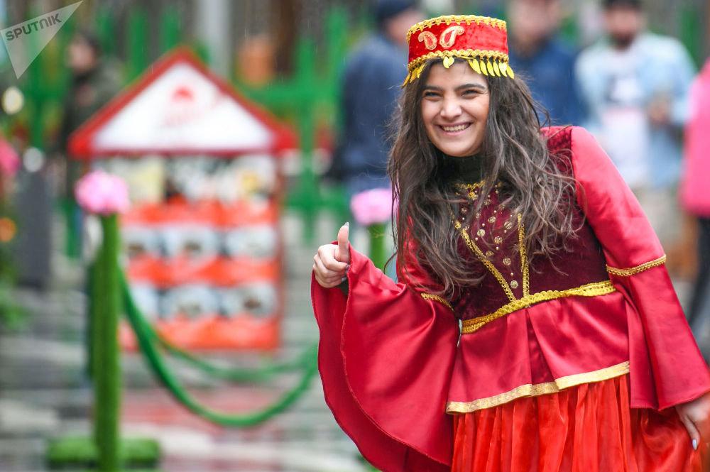 فتاة ترتدي الزي التقليدي في أذربيجان خلال الاحتفالات في عيد نفروز في أذربيجان