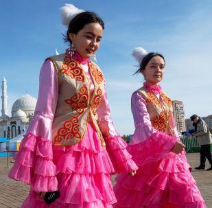 فتيات يرتدين الزي التقليدي في أستانا خلال الاحتفالات في عيد نفروز في كازاخستان