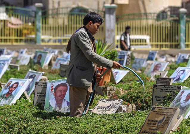 طفل يمني يعمل في المقبرة