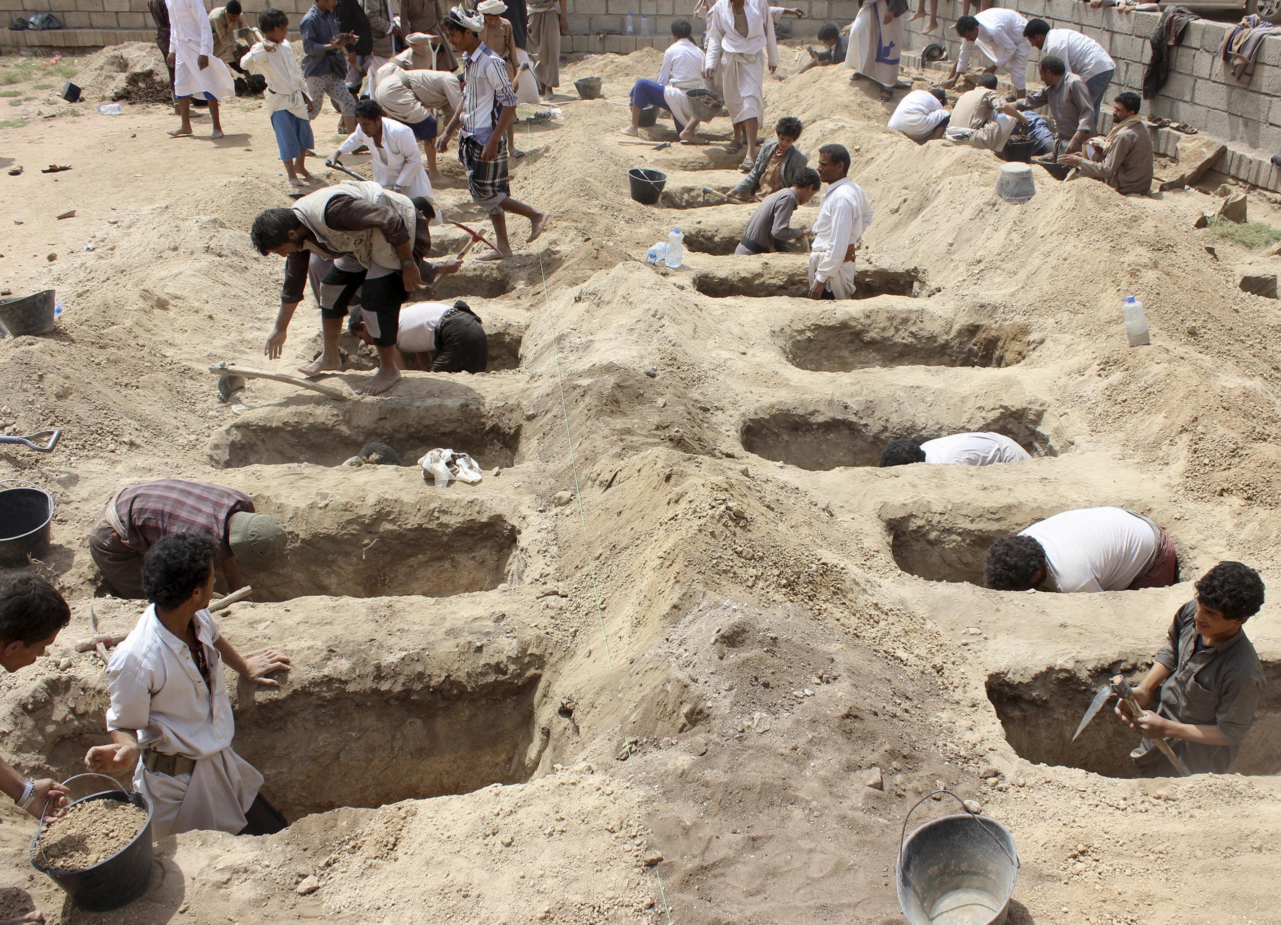 أطفال يحفرون المقابر في اليمن